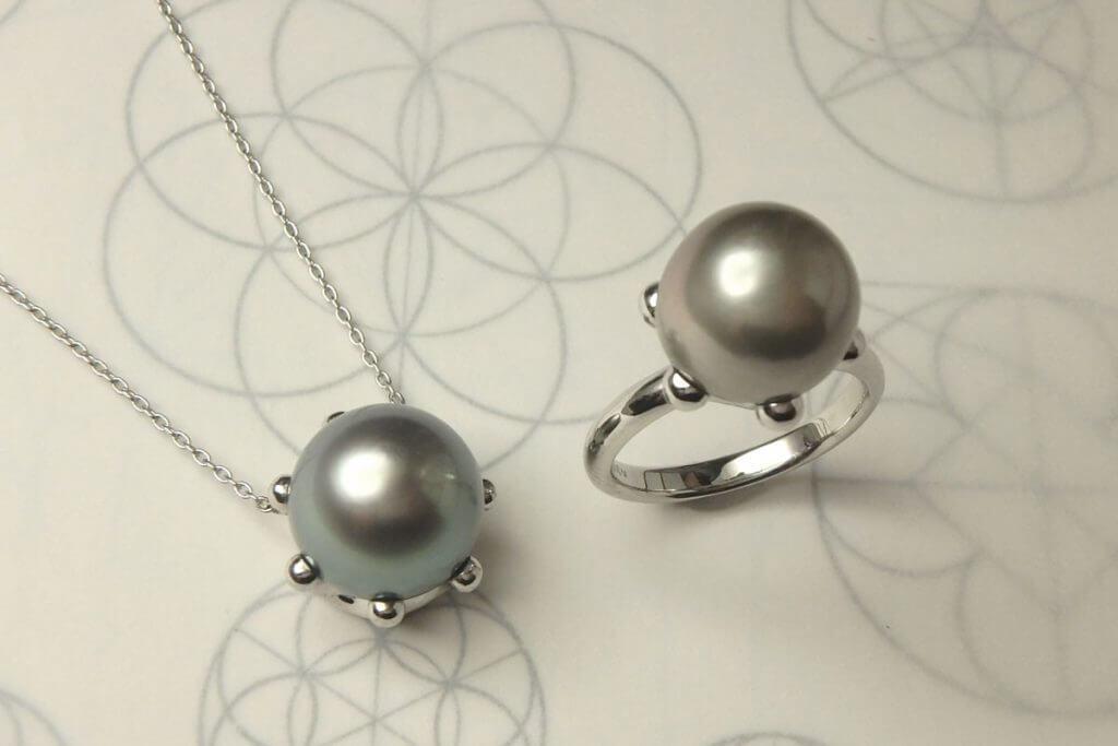 黒蝶真珠のリングとネックレス