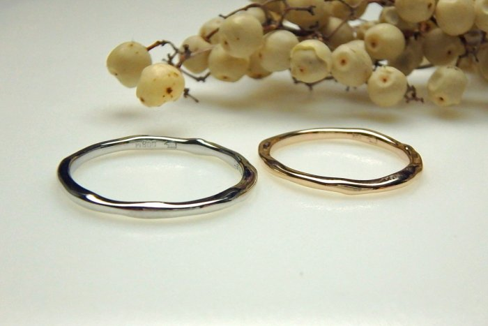 自然な雰囲気の結婚指輪の大地