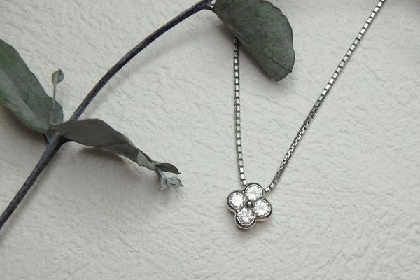 お花デザインのダイヤのネックレス
