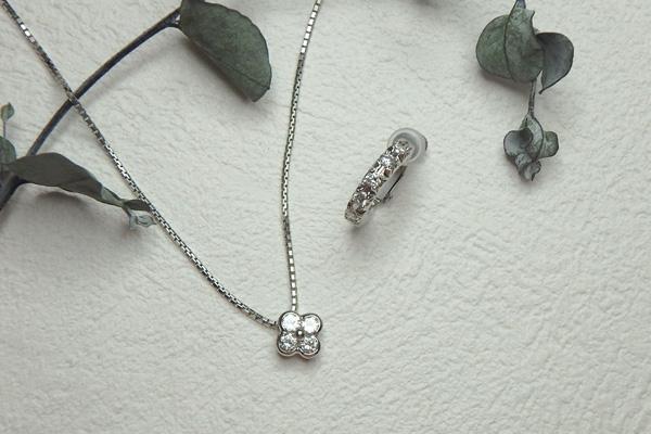お花デザインのダイヤネックレスとダイヤのフープイヤリング