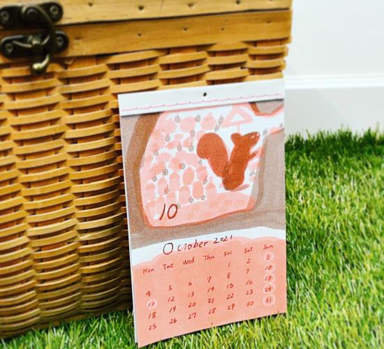 りすがどんぐりを集めている10月のカレンダー