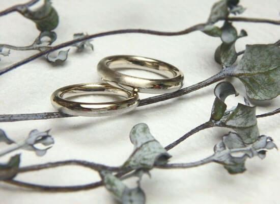 シャンパンゴールドとブラックゴールドの結婚指輪