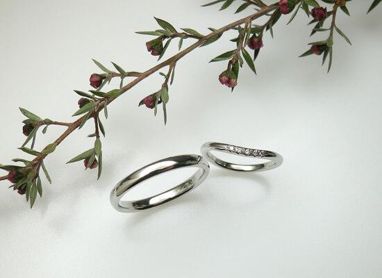 プラチナのシンプルなデザインの結婚指輪