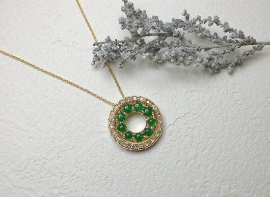 イエローゴールドのひすいとダイヤのネックレス