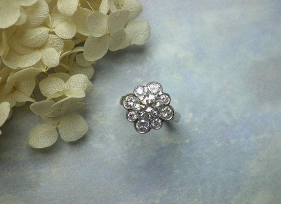 お花モチーフのダイヤモンドのリング