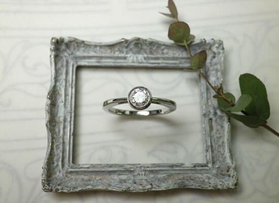 ベゼルセッティングのダイヤモンドリング