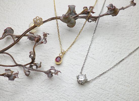 ルビーとダイヤのネックレスとお花のピアス