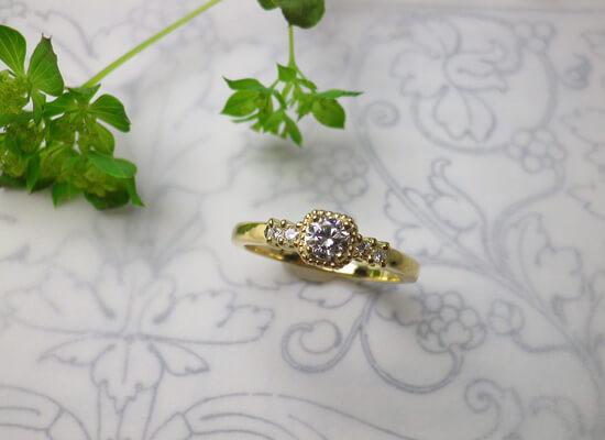 イエローゴールドのミル打ちのダイヤモンドリング