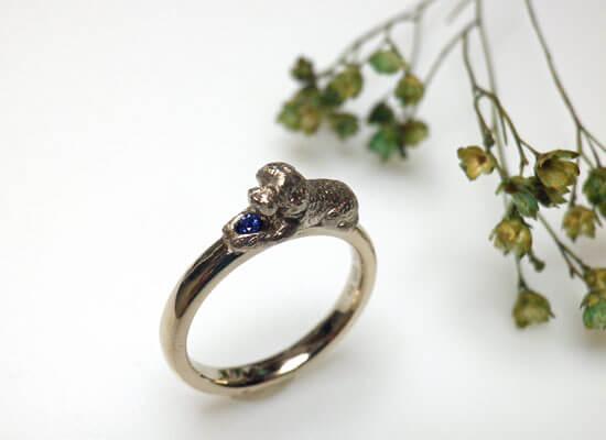 犬のモチーフの婚約指輪