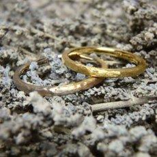 槌目マット仕上げの風合いのある結婚指輪