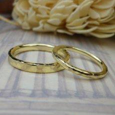 イエローゴールドの槌目仕上げの結婚指輪