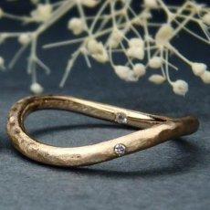 カーブのついたピンクゴールドの結婚指輪