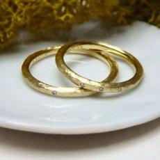 ダイヤが1粒と3粒の結婚指輪