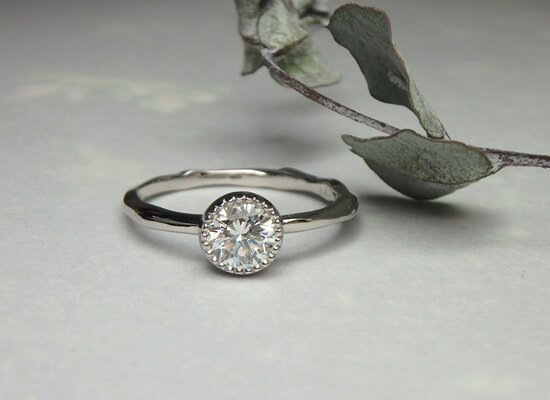 ミル打ちのダイヤモンドの指輪