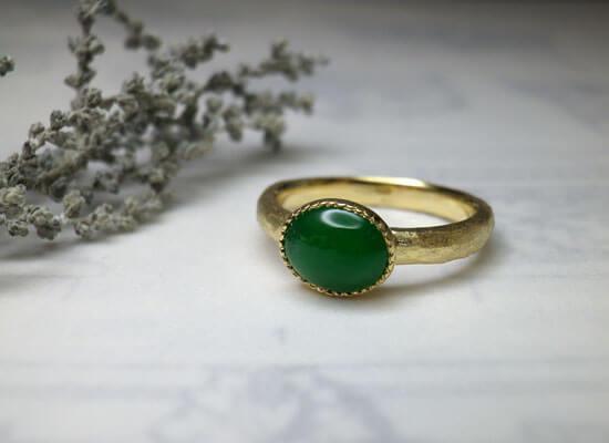 イエローゴールドの槌目マット仕上げの翡翠の指輪