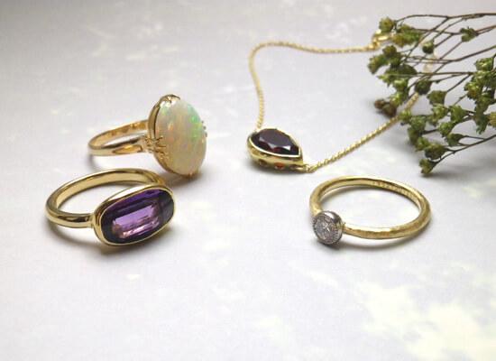 婚約指輪とオパールリングとアメジストリングとガーネットのブレスレット
