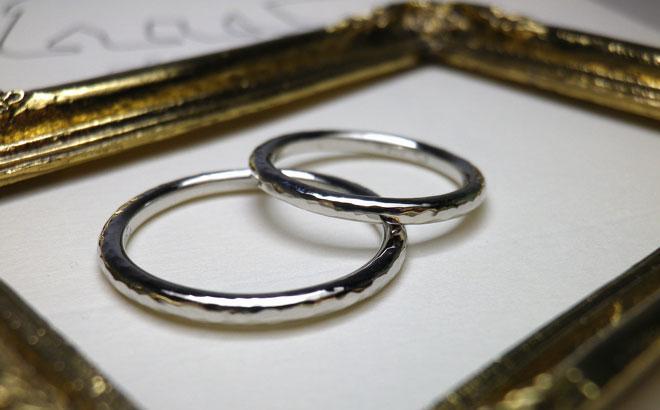 槌目仕上げの結婚指輪