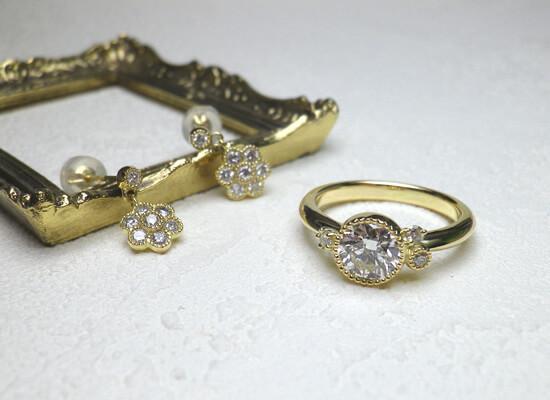 イエローゴールドのダイヤモンドリングとピアス