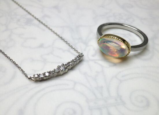 ダイヤモンドネックレスとオパールリング