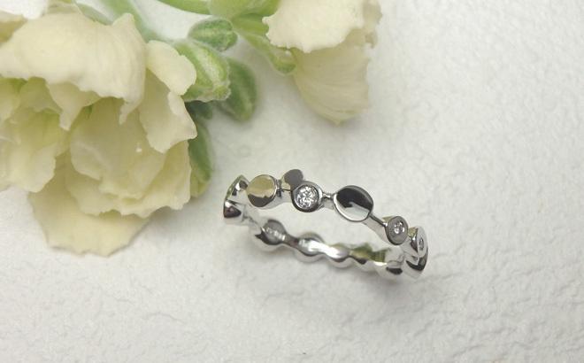 丸が連なった結婚指輪