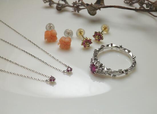 ルビーの指輪とネックレスとピアス
