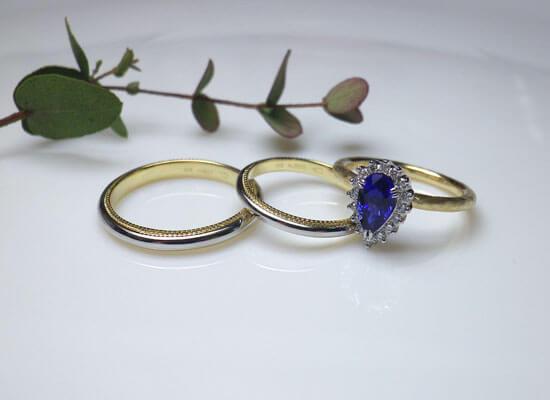 ミル打ちの結婚指輪とサファイアの婚約指輪