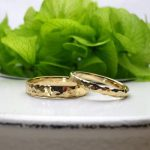 槌目加工の結婚指輪