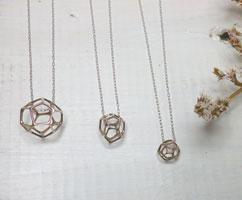 透かしのデザインのネックレス