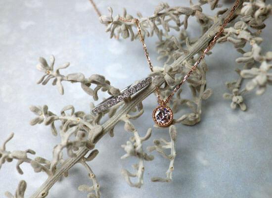 スイートテンのダイヤモンドエタニティリングとミル打ちのダイヤモンドネックレス